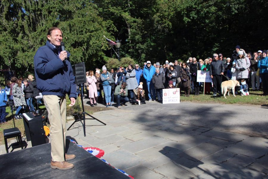 Senator+Blumenthal+speaking+at+the+Darien+Democrats+rally.