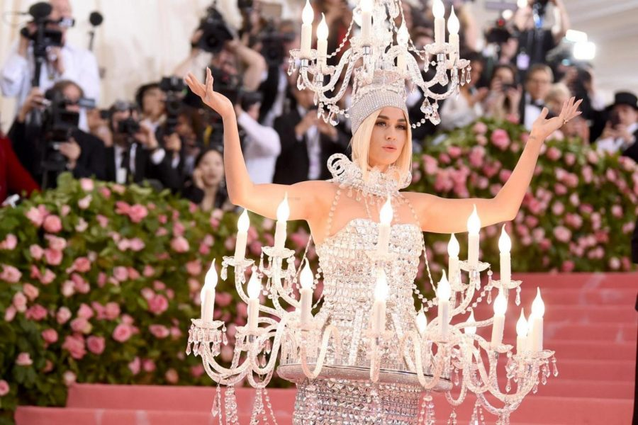 Katy+Perry+arrives+to+the+Met+Gala+wearing+a+chandelier+dress.+Her+look+was+designed+for+this+year%27s+Met+Gala+theme%3A+Camp+Fashion.